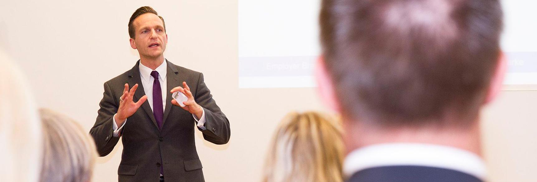 Nicolas Scheidtweiler im Vortrag - Scheidtweiler PR-Slider